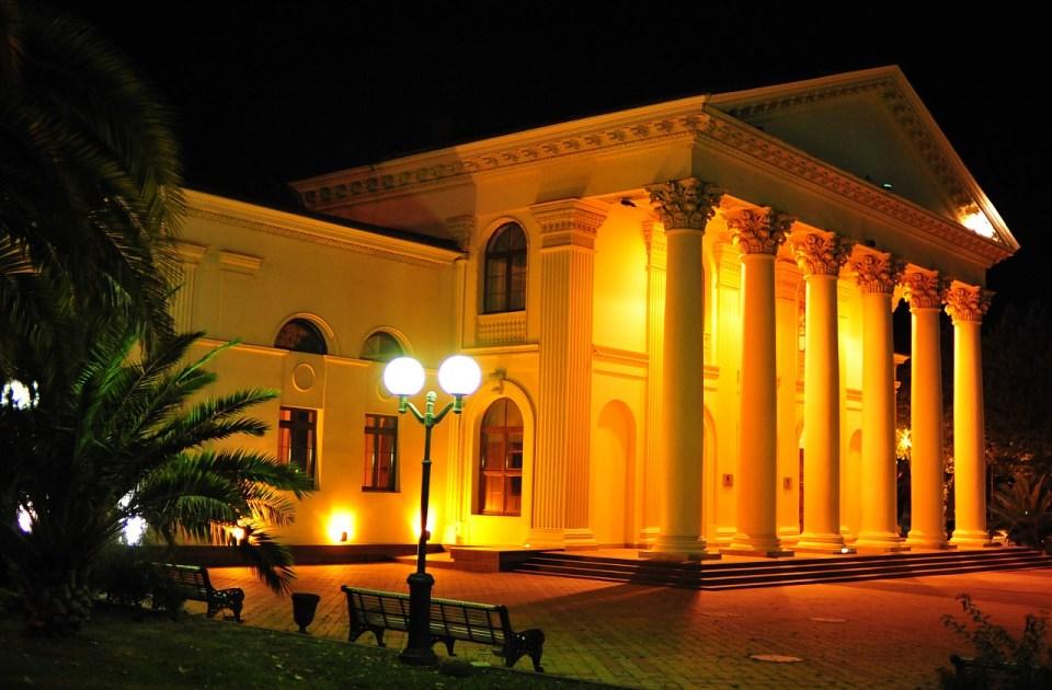 Зимний театр вечером