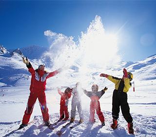 Семья горнолыжников